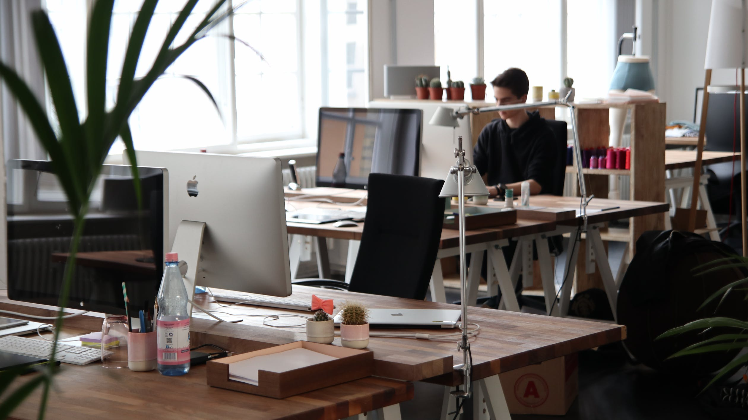 4 Tips for Cleanliness in the Workplace and How to Not Bring Germs Home
